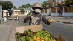 La necesidad de comer desafía el miedo al COVID-19 en las calles colombianas