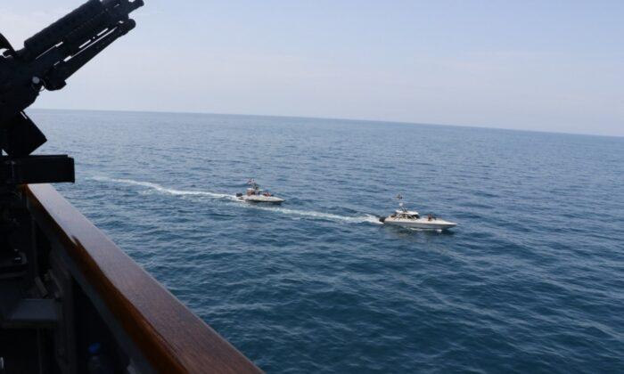Buques de la Armada del Cuerpo de la Guardia Revolucionaria Islámica Iraní (IRGCN) cruzan proa y popa de barcos estadounidenses a corta distancia mientras operan en aguas internacionales del Golfo Arábigo del Norte el 15 de abril de 2020. (Marina de Estados Unidos)
