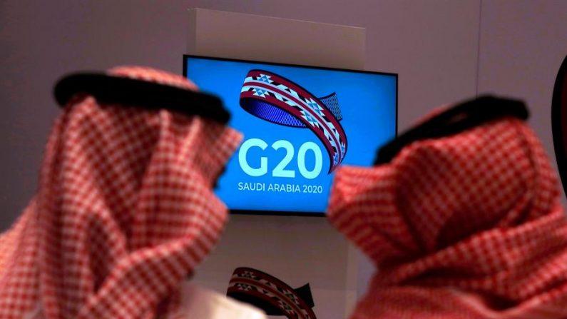 Sauditas ven la reunión de los ministros de finanzas y gobernadores de los bancos centrales de los miembros del Grupo de los Veinte (G20) en Riad, Arabia Saudita. EFE/EPA/YAHYA ARHAB