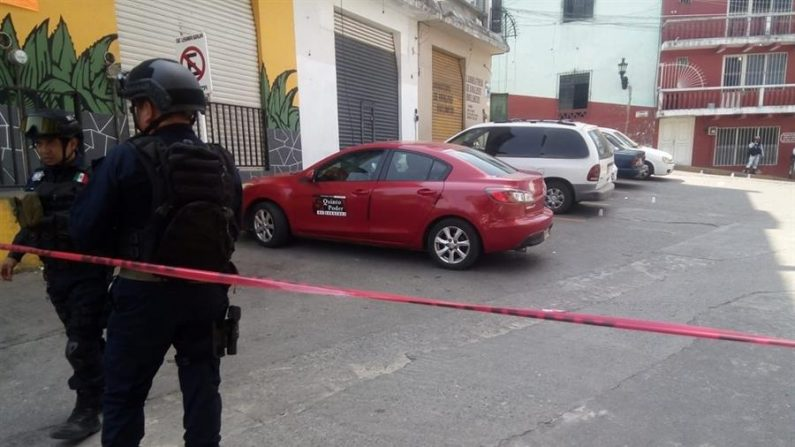 Policías de Seguridad Publica resguardan este lunes el lugar donde fue herida la reportera María Elena Ferral en el Estado de Veracruz (México). EFE/STR