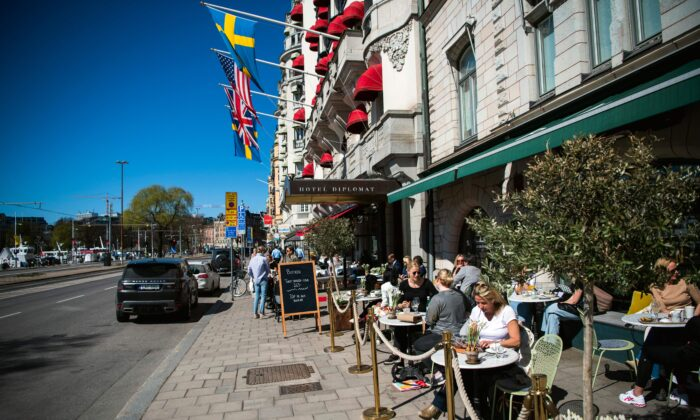 Personas almuerzan en un restaurante en Estocolmo, Suecia, el 22 de abril de 2020, durante la pandemia COVID-19. (Jonathan Nackstrand / AFP a través de Getty Images)