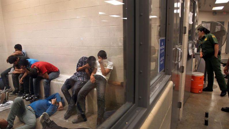 Vista de inmigrantes que han cruzado ilegalmente la frontera de EEUU. EFE/Rick Loomis / POOL/Archivo
