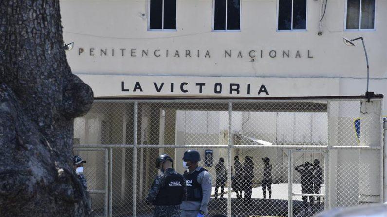 """SANTO DOMINGO (REPÚBLICA DOMINICANA), 09/04/2020.- Vista exterior de la cárcel La Victoria este jueves en Santo Domingo (República Dominicana). Un grupo de presos se amotinó este jueves en la cárcel de La Victoria, donde se han registrado al menos dos fallecimientos por COVID-19. Los presos se amotinaron porque """"se oponen"""" a ser trasladados a otros centros penitenciarios, medida tomada por las autoridades sanitarias para intentar contener el brote de COVID-19 en el penal, según dijo a Efe la portavoz de la Procuraduría General de la República, Julieta Tejada. EFE/Str"""