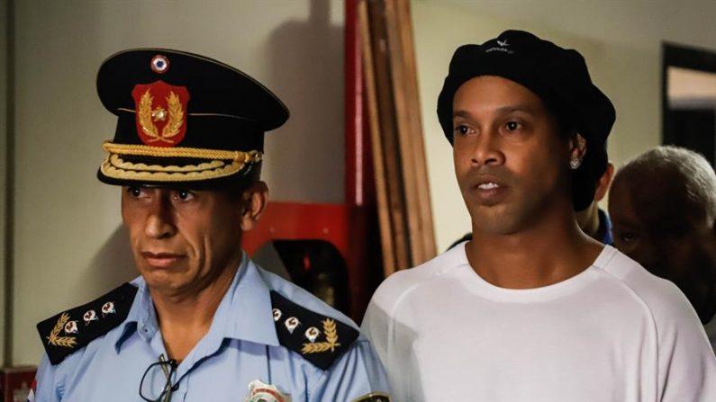 En la imagen, el exinternacional brasileño Ronaldinho Gáucho (d). EFE/Nathalia Aguilar/Archivo
