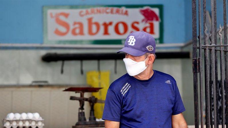 Un hombre con tapabocas compra alimentos en La Habana (Cuba). EFE/Ernesto Mastrascusa