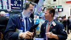 Wall Street sube y Dow llega a 800 puntos por acercamiento a pico del virus del PCCh