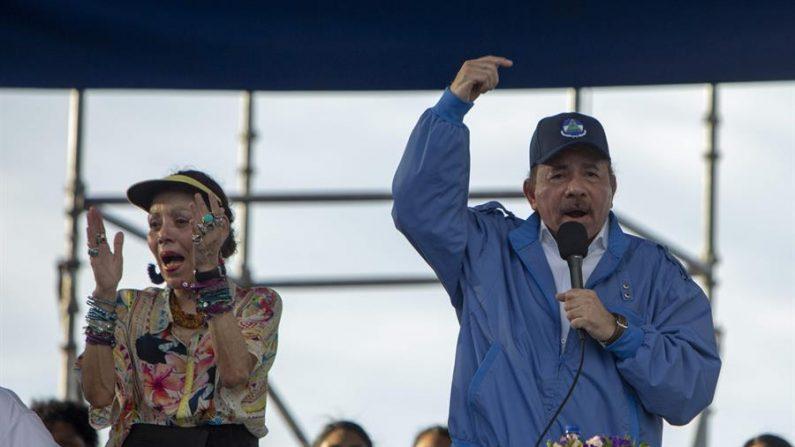 En la imagen, el presidente de Nicaragua, Daniel Ortega (d), y su esposa, vicepresidenta, Rosario Murillo. EFE/Jorge Torres/Archivo