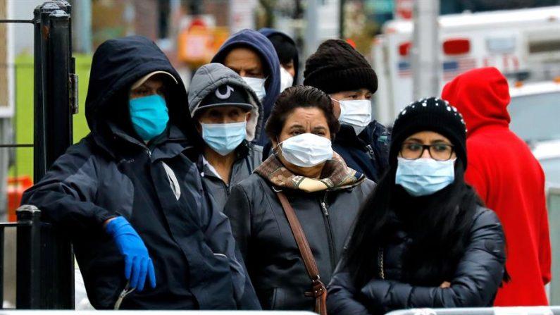 Personas con máscaras protectoras hacen cola frente al Hospital Elmhurst en Queens, Nueva York, EE.UU., el 02 de abril de 2020. EFE/Peter Foley