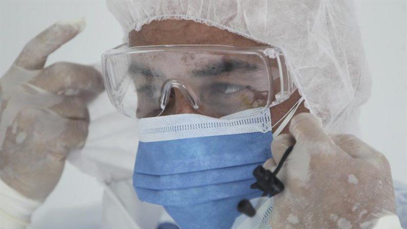 (COLOMBIA), 07/04/2020.- En la imagen de contexto, paramédicos alistan una ambulancia medicalizada este martes en Cali (Colombia). EFE/ Ernesto Guzman Jr