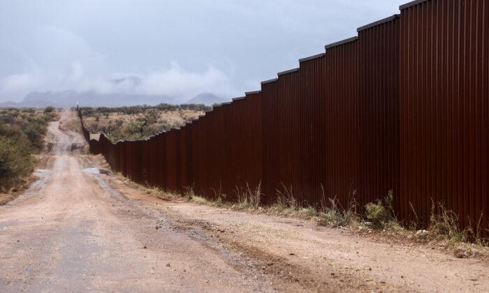 La valla fronteriza entre EE. UU. y México al este de Sasabe, Arizona, el 7 de diciembre de 2018. (Charlotte Cuthbertson/The Epoch Times)