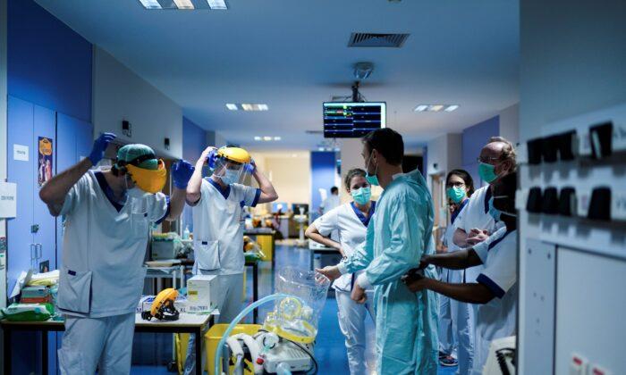 Nhân viên y tế đang mang đồ bảo vệ trước khi làm việc với bệnh nhân nhiễm coronavirus COVID-19.