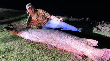 Pescador de 18 años de Texas atrapa enorme pejelagarto de 7 pies y 190 libras con su linea de pesca