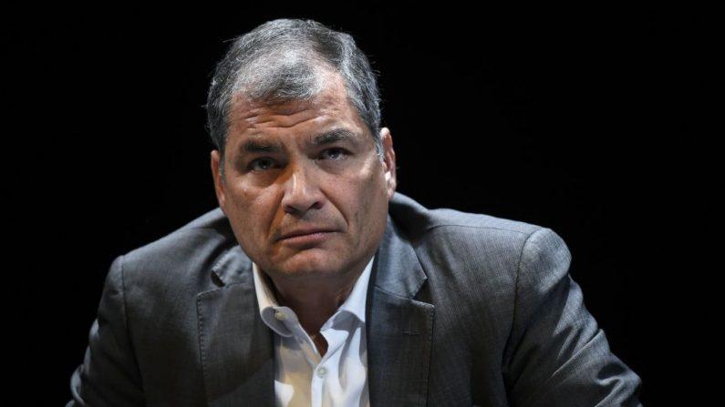 El expresidente ecuatoriano Rafael Correa asiste a una reunión sobre el poder y el control y el equilibrio en el teatro nacional en Bruselas, Bélgica, el 22 de octubre de 2018. (JOHN THYS/AFP vía Getty Images)