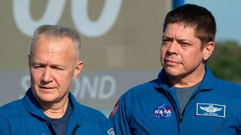 Los astronautas de la NASA Doug Hurley (izq) y Bob Behnken (der), en una conferencia de prensa en el Centro Espacial Kennedy en Florida, el 1 de marzo de 2019. (JIM WATSON/AFP via Getty Images)