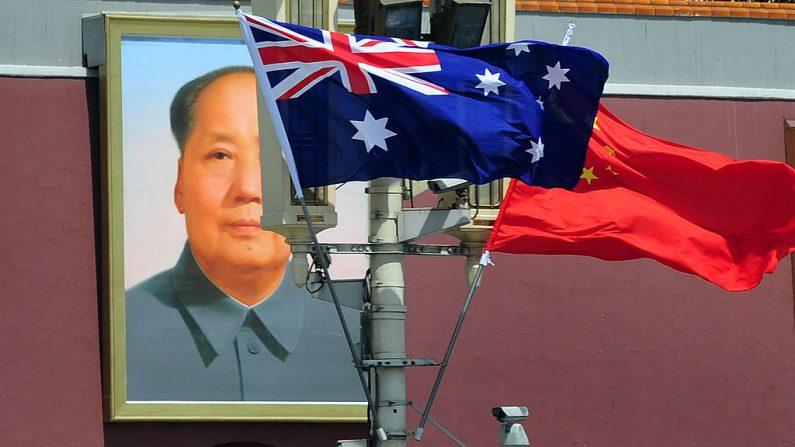 Las banderas nacionales de Australia y China ondean en Beijing el 26 de abril de 2011. (Foto de FREDERIC J. BROWN/AFP a través de Getty Images)