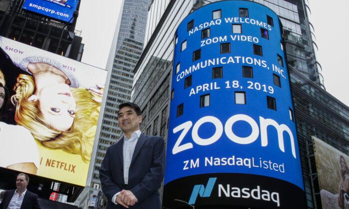 El fundador de Zoom, Eric Yuan, posa frente al edificio del Nasdaq. (Kena Betancur/Getty Images)