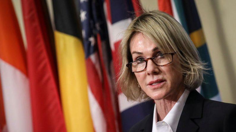 La embajadora de Estados Unidos ante las Naciones Unidas, Kelly Knight Craft, hace una breve declaración a la prensa tras una reunión cerrada del Consejo de Seguridad sobre la situación en Siria, en la sede de las Naciones Unidas el 16 de octubre de 2019 en la ciudad de Nueva York (EE.UU.). (Drew Angerer/Getty Images)