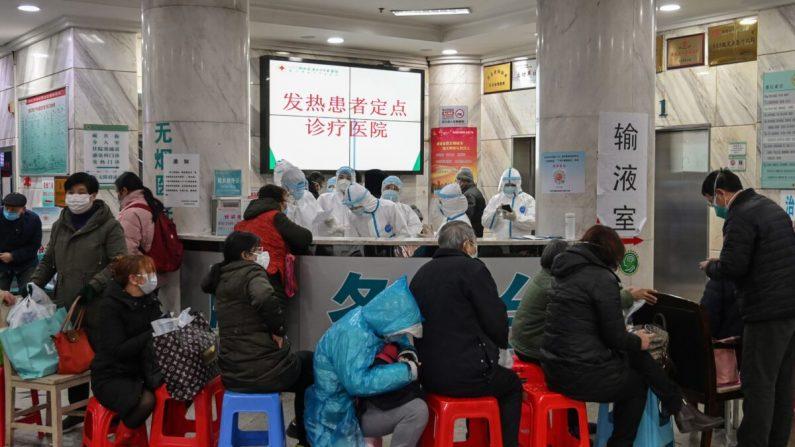 Pacientes esperando ser atendidos en el Hospital de la Cruz Roja de Wuhan en Wuhan, China, el 24 de enero de 2020. (HECTOR RETAMAL/AFP a través de Getty Images)