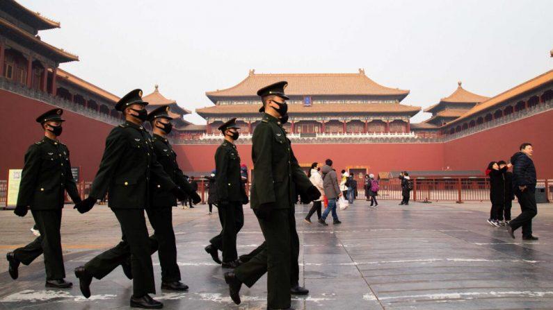 Policías chinos caminan frente a la entrada cerrada del Museo del Palacio, en Beijing, China, el 26 de enero de 2020. (Betsy Joles/Getty Images)