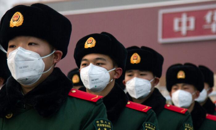 Agentes de policía chinos con mascarillas se paran frente a la Puerta de Tiananmen en Beijing el 26 de enero de 2020. (Betsy Joles/Getty Images)