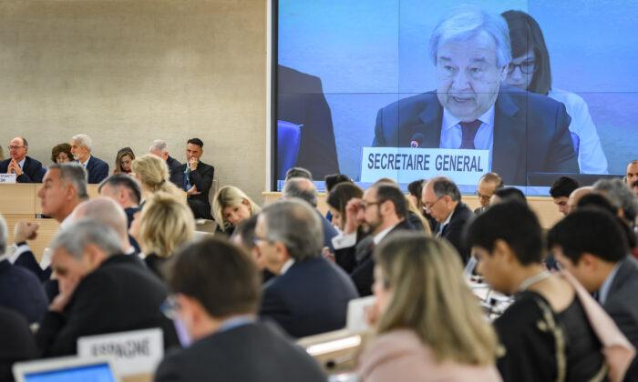 El Secretario General de las Naciones Unidas, Antonio Guterres, en una pantalla gigante dirigiéndose a la apertura de la principal sesión anual del Consejo de Derechos Humanos de las Naciones Unidas el 24 de febrero de 2020 en Ginebra. (Fabrice Coffrini/AFP vía Getty Images)