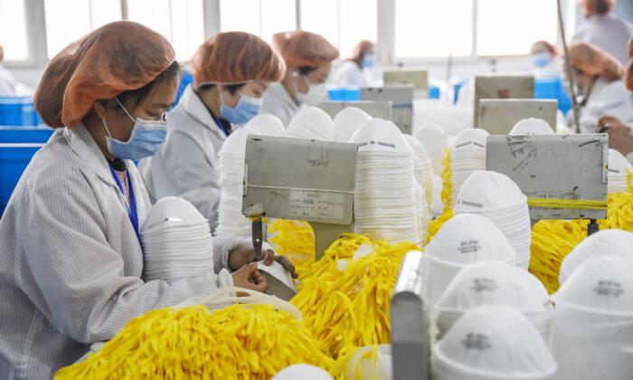 Trabajadoras producen mascarillas en una fábrica en Handan, China, el 28 de febrero de 2020. (AFP vía Getty Images)