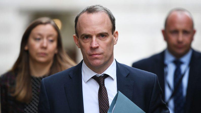 El secretario de Relaciones Exteriores del Reino Unido Dominic Raab llega a una reunión de la Cobra del gobierno el 9 de marzo de 2020 en Londres, Inglaterra. (Chris J Ratcliffe/Getty Images)