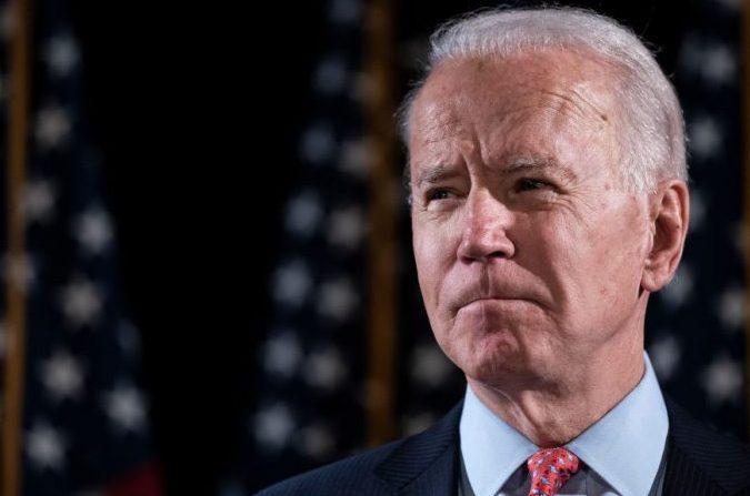 El candidato presidencial demócrata, el exvicepresidente Joe Biden, pronuncia unas palabras sobre el brote de coronavirus en el Hotel Du Pont el 12 de marzo de 2020 en Wilmington, Delaware. (Drew Angerer/Getty Images)