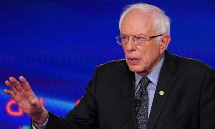El candidato presidencial demócrata, el senador Bernie Sanders (I-Vt.), habla durante el 11º debate presidencial del Partido Demócrata 2020 en Washington el 15 de marzo de 2020. (Mandel Ngan/AFP vía Getty Images)