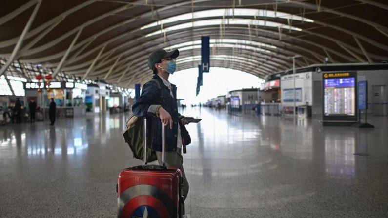 Mientras las autoridades chinas cancelan vuelos, ciudadanos chinos varados en todo el mundo piden ayuda