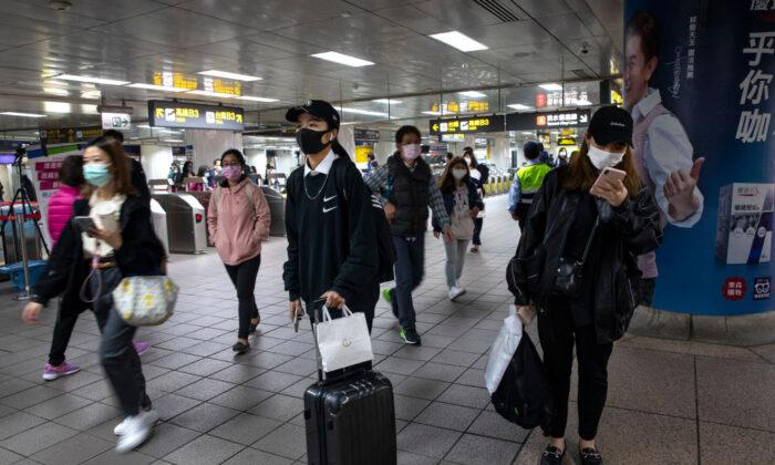 Viajeros en la estación de metro de Taipei, Taiwán, el 19 de marzo de 2020. (Paula Bronstein/Getty Images)