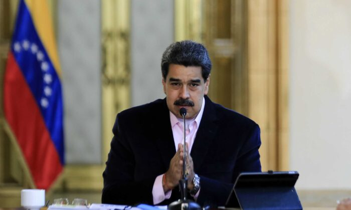 El líder socialista venezolano, Nicolás Maduro, habla durante un anuncio televisado en el Palacio Presidencial de Miraflores en Caracas el 26 de marzo de 2020. (Jhonn Zerpa/Presidencia de Venezuela/AFP vía Getty Images)