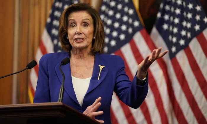La presidenta de la Cámara de Representantes, Nancy Pelosi (D-Calif.), habla con la prensa en el Capitolio de Washington el 27 de marzo de 2020. (Alex Edelman/AFP a través de Getty Images)