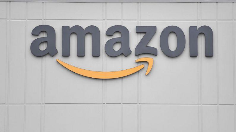 El logotipo del gigante estadounidense de la venta al por menor en línea Amazon se ve en el centro de distribución de Staten Island el 30 de marzo de 2020 en Nueva York (EE.UU.). (ANGELA WEISS/AFP vía Getty Images)