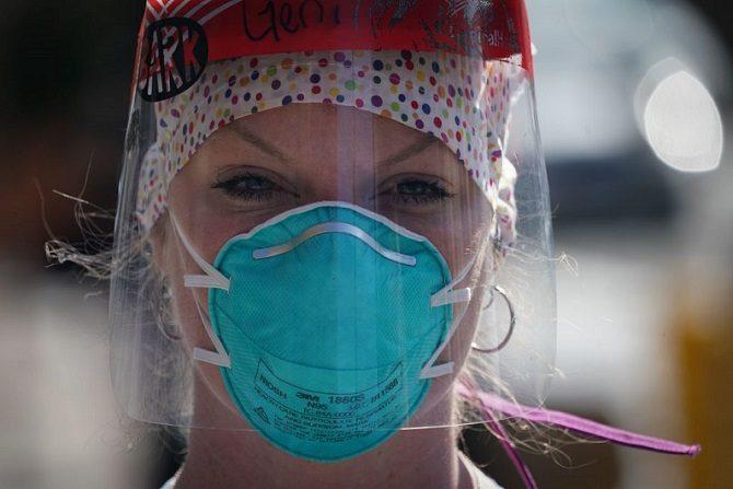 Un miembro del personal médico con equipo de protección escucha mientras las enfermeras del Centro Médico Montefiore piden máscaras N95 y otros PPE críticos para manejar la pandemia COVID-19 el 1 de abril de 2020 en Nueva York. Las decisiones médicas están siendo forzadas por políticas que no siempre sirven al paciente. (BRYAN R. SMITH/AFP vía Getty Images)