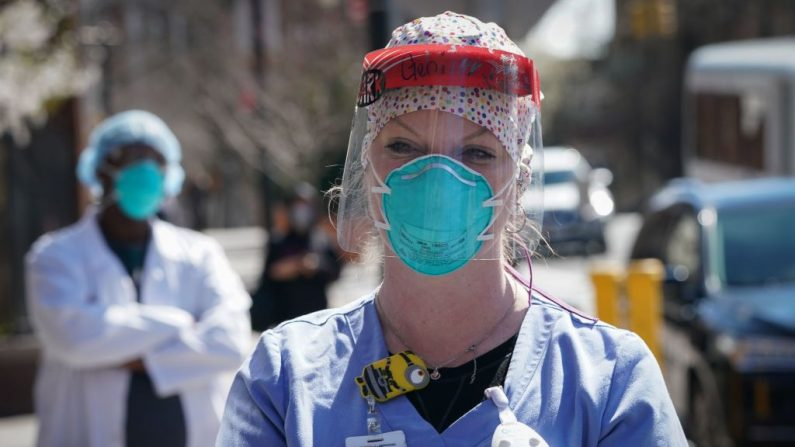 Una enfermera del Centro Médico Montefiore piden máscaras N95 y otros EEP críticos para manejar la pandemia del virus del PCCh (COVID-19) el 1 de abril de 2020 en Nueva York. (BRYAN R. SMITH/AFP vía Getty Images)