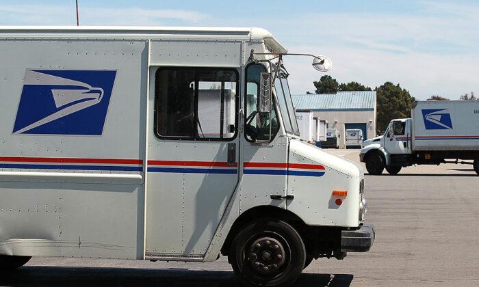 Camiones del Servicio Postal de EE.UU. estacionados cerca del muelle de carga en el centro de clasificación de la Oficina Postal de EE.UU. en San Francisco, California, el 12 de agosto de 2011. (Justin Sullivan/Getty Images)