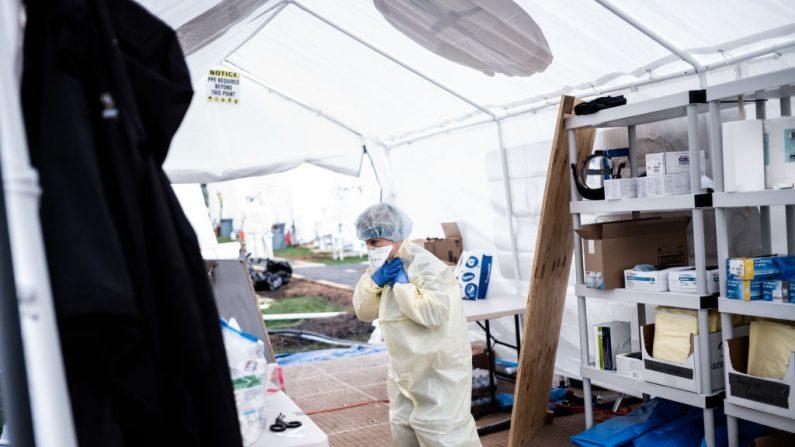 Médicos se colocan el equipo al comienzo de su turno en el hospital de campaña de emergencia administrado por Samaritan Purse y el Sistema de Salud Mount Sinai en Central Park en la ciudad de Nueva York el 8 de abril de 2020. (Misha Friedman/Getty Images)