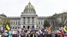 Manifestantes protestan contra los cierres en Arizona y Pensilvania