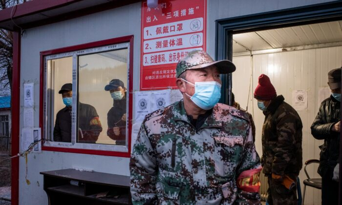 Un funcionario vigilando un puesto de control en la ciudad fronteriza de Suifenhe, en la provincia nororiental de Heilongjiang, China, el 21 de abril de 2020. (STR/AFP a través de Getty Images)