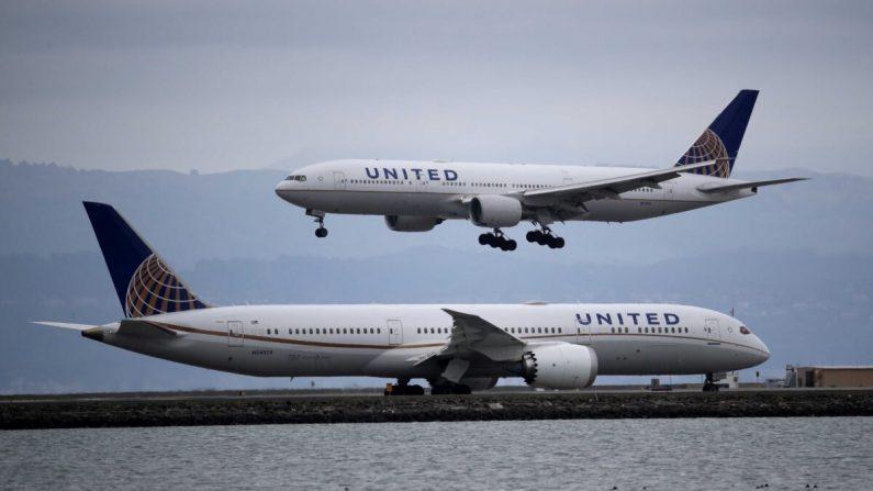 Un avión de United Airlines aterriza en el aeropuerto internacional de San Francisco en Burlingame, California, el 6 de marzo de 2020. (Justin Sullivan/Getty Images)