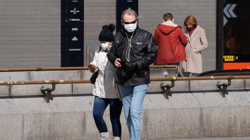 Gente con máscara protectora camina en la plaza de la Catedral de San Esteban, el 16 de marzo de 2020 en Viena, Austria. (Thomas Kronsteiner/Getty Images)