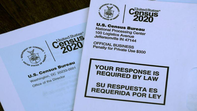 El logotipo del Censo de EE.UU. aparece en los materiales del censo recibidos por correo con una invitación para llenar la información del censo en línea el 19 de marzo de 2020 en San Anselmo, California. (Justin Sullivan/Getty Images)