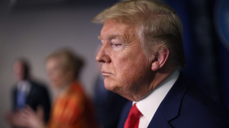 El presidente de Estados Unidos Donald Trump escucha a la coordinadora de la respuesta de la Casa Blanca al coronavirus, Deborah Birx, durante una reunión del Grupo de Trabajo de la Casa Blanca sobre el Coronavirus el 3 de abril de 2020 en Washington, DC. (Win McNamee/Getty Images)