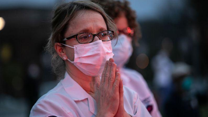 Enfermera clínica reza el 14 de abril de 2020 en Valhalla, Nueva York. (John Moore/Getty Images)