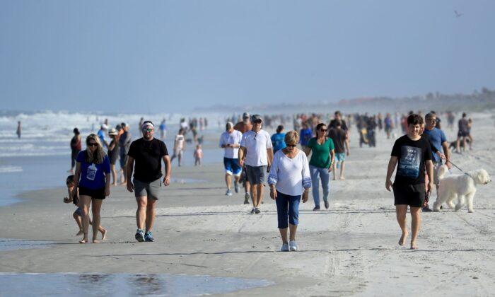 Personas en la playa de Jacksonville Beach, Florida, el 17 de abril de 2020. (Sam Greenwood/Getty Images)