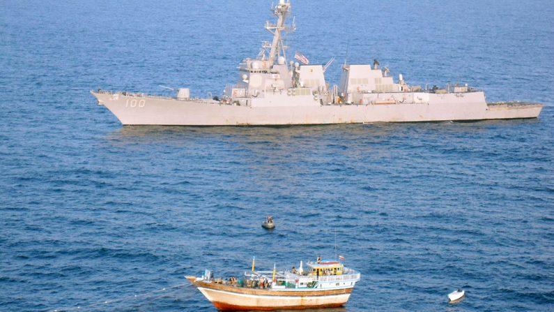 Imagen de archivo de la Marina de Estados Unidos del destructor de misiles guiados USS Kidd (DDG 100) respondiendo el 5 de enero de 2012 a una llamada de socorro del buque pesquero iraní Al Molai frente a las costas de Somalia, en el Mar Arábigo. (Foto de la Marina de Estados Unidos vía Getty Images)