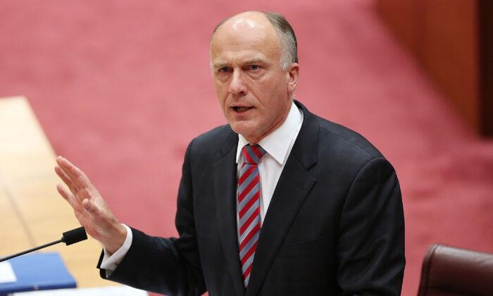 El senador Eric Abetz durante el turno de preguntas del Senado el 7 de julio de 2014 en Canberra, Australia. (Stefan Postles/Getty Images)