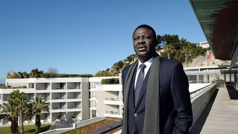 """El expresidente del club de fútbol de Marsella """"l'Olympique de Marseille"""" Pape Diouf posa después de anunciar su candidatura a la alcaldía de Marsella, el 4 de febrero de 2014 en Marsella, Francia. (ANNE-CHRISTINE POUJOULAT/AFP a través de Getty Images)"""