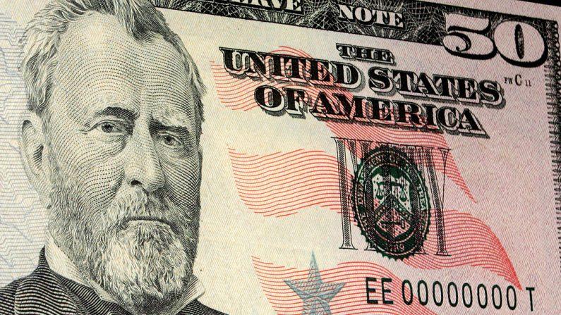 El recién estrenado billete de cincuenta dólares se muestra el 28 de septiembre de 2004 en Washington, DC. (Mark Wilson/Getty Images)